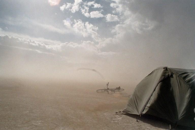 Temperatursvingninger, sandstorme, regn og den bagende sol er naturens barske måde at bidrage til Burning Man oplevelsen.
