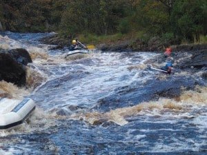 Både på vej ned af elven... Det er Rafting.