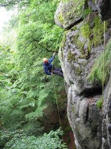 Rasmus på vej ned af klippen