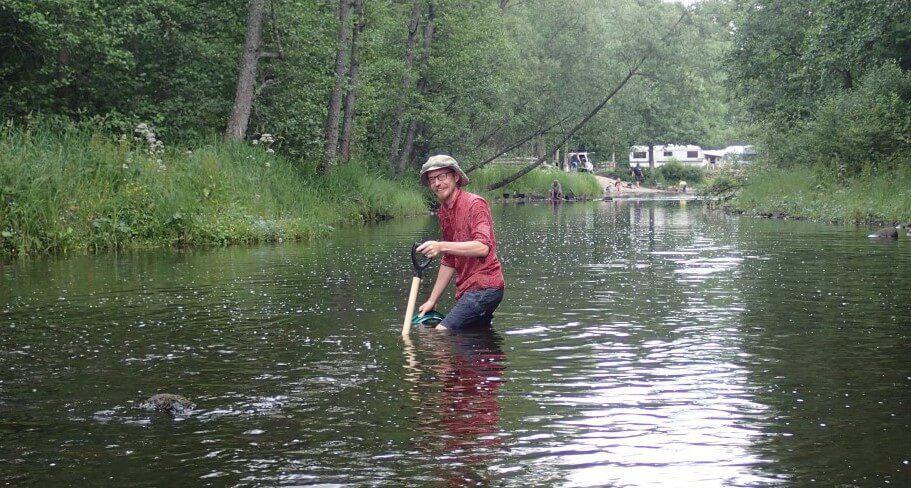 Rasmus på jagt efter guld i Emåen